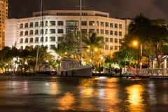 Νέος ποταμός στο στο κέντρο της πόλης FT Lauderdale τη νύχτα, Φλώριδα, ΗΠΑ στοκ εικόνα