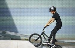 Νέος ποδηλάτης που φορά το κράνος Στοκ Εικόνα