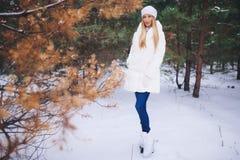 Νέος πρότυπος περίπατος κοριτσιών στο χειμερινό δάσος Στοκ εικόνα με δικαίωμα ελεύθερης χρήσης