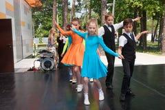 Νέος πυροβολισμός γωνίας χορευτών… χαμηλός ακριβώς των ποδιών και των ποδιών - αυτή η άποψη έχει αφαιρέσει το χρώμα από το πάτωμα Στοκ φωτογραφία με δικαίωμα ελεύθερης χρήσης