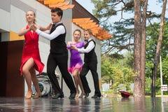 Νέος πυροβολισμός γωνίας χορευτών… χαμηλός ακριβώς των ποδιών και των ποδιών - αυτή η άποψη έχει αφαιρέσει το χρώμα από το πάτωμα Στοκ Φωτογραφία