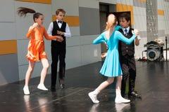 Νέος πυροβολισμός γωνίας χορευτών… χαμηλός ακριβώς των ποδιών και των ποδιών - αυτή η άποψη έχει αφαιρέσει το χρώμα από το πάτωμα Στοκ εικόνα με δικαίωμα ελεύθερης χρήσης