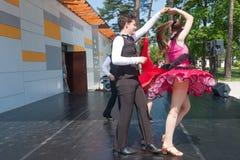 Νέος πυροβολισμός γωνίας χορευτών… χαμηλός ακριβώς των ποδιών και των ποδιών - αυτή η άποψη έχει αφαιρέσει το χρώμα από το πάτωμα Στοκ φωτογραφίες με δικαίωμα ελεύθερης χρήσης