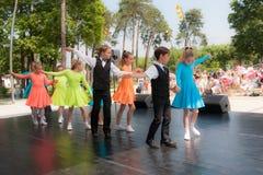 Νέος πυροβολισμός γωνίας χορευτών… χαμηλός ακριβώς των ποδιών και των ποδιών - αυτή η άποψη έχει αφαιρέσει το χρώμα από το πάτωμα Στοκ Εικόνες