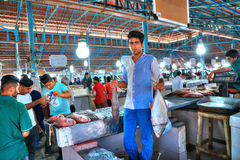 Νέος πωλητής που καταδεικνύει τα εμπορεύματά τους στην αγορά ψαριών Στοκ Φωτογραφία