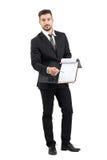 Νέος πωλητής στο κοστούμι που δείχνει το διάστημα υπογραφών με το μολύβι που προσφέρει τη σύμβαση Στοκ Εικόνες