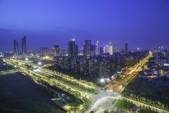 Νέος πόλης ορίζοντας HeXi με τους αστικούς ουρανοξύστες στο ηλιοβασίλεμα, Ναντζίνγκ, Κίνα Στοκ εικόνα με δικαίωμα ελεύθερης χρήσης
