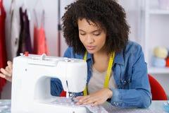 Νέος ράφτης που χρησιμοποιεί το ράβοντας macine Στοκ φωτογραφία με δικαίωμα ελεύθερης χρήσης