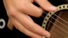 Νέος ρομαντικός στη φύση παίζει τη φίλη του στην κιθάρα απόθεμα βίντεο
