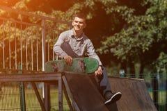 Νέος σκέιτερ αγοριών στο πάρκο Στοκ Εικόνα