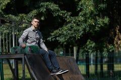 Νέος σκέιτερ αγοριών στο πάρκο Στοκ φωτογραφίες με δικαίωμα ελεύθερης χρήσης