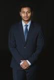 Νέος σοβαρός επιχειρηματίας αφροαμερικάνων που εξετάζει τη κάμερα Στοκ Εικόνα
