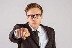 Νέος σοβαρός επιχειρηματίας που δείχνει στη κάμερα Στοκ Εικόνες