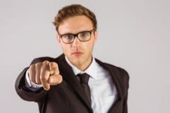 Νέος σοβαρός επιχειρηματίας που δείχνει στη κάμερα Στοκ Φωτογραφία
