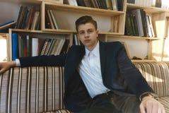 Νέος σπουδαστής που μαθαίνει μπροστά από το φωτεινό παράθυρο Στοκ Εικόνες