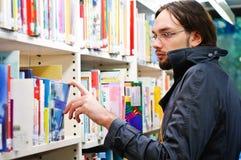 Νέος σπουδαστής στη βιβλιοθήκη Στοκ Φωτογραφία