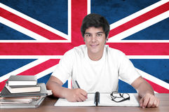 Νέος σπουδαστής αγοριών στο υπόβαθρο με τη βρετανική σημαία Στοκ Φωτογραφίες