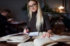 Νέος σπουδαστής γυναικών του πανεπιστημίου Προετοιμάζοντας το διαγωνισμό και μαθαίνοντας τη βιβλιοθήκη μαθημάτων δημόσια Στοκ φωτογραφίες με δικαίωμα ελεύθερης χρήσης