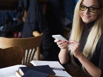 Νέος σπουδαστής γυναικών του πανεπιστημίου Προετοιμάζοντας το διαγωνισμό και μαθαίνοντας τη βιβλιοθήκη μαθημάτων δημόσια Στοκ φωτογραφία με δικαίωμα ελεύθερης χρήσης