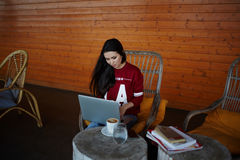Νέος σπουδαστής με τη μακροχρόνια καφετιά συνεδρίαση τρίχας στο πεζούλι του εξοχικού σπιτιού του στοκ εικόνες με δικαίωμα ελεύθερης χρήσης