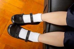 Νέος σπουδαστής σχολικών κοριτσιών που φορά τα μαύρα παπούτσια στοκ εικόνες