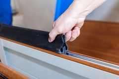 Νέος στενός επάνω εγκατάστασης πορτών γκαράζ στοκ εικόνες με δικαίωμα ελεύθερης χρήσης