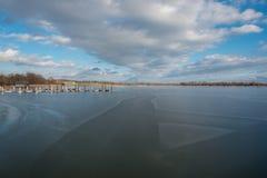 Νέος στηριχτείτε το ξύλινο brige στην παγωμένη λίμνη Chiemsee Στοκ εικόνες με δικαίωμα ελεύθερης χρήσης