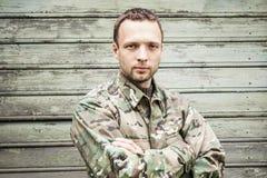 Νέος στρατιωτικός στην κάλυψη ομοιόμορφη στοκ εικόνα με δικαίωμα ελεύθερης χρήσης