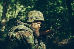 Νέος στρατιώτης με το πυροβόλο όπλο Στοκ εικόνες με δικαίωμα ελεύθερης χρήσης