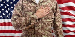 Νέος στρατιώτης με το χέρι στην καρδιά που στέκεται στο υπόβαθρο ΑΜΕΡΙΚΑΝΙΚΩΝ σημαιών τρισδιάστατη απεικόνιση ελεύθερη απεικόνιση δικαιώματος