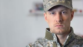 Νέος στρατιώτης που φαίνεται κινηματογράφηση σε πρώτο πλάνο καμερών, στρατιωτικό επάγγελμα, θάρρος, πειθαρχία απόθεμα βίντεο