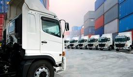 Νέος στόλος φορτηγών στην αποθήκη στοκ εικόνες