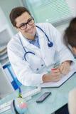 Νέος συμβουλευτικός ασθενής γιατρών στοκ φωτογραφία με δικαίωμα ελεύθερης χρήσης