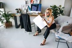 Νέος σχεδιαστής μόδας με τα σκίτσα Στοκ Εικόνες