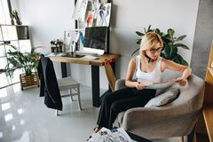 Νέος σχεδιαστής μόδας με τα σκίτσα Στοκ Εικόνα
