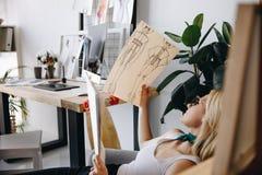 Νέος σχεδιαστής μόδας με τα σκίτσα Στοκ φωτογραφίες με δικαίωμα ελεύθερης χρήσης