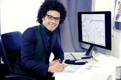 Νέος σχεδιαστής στο χαμόγελο γραφείων ευτυχές Στοκ φωτογραφίες με δικαίωμα ελεύθερης χρήσης