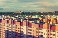 Νέος σύγχρονος ελαφρύς, αστικός ορίζοντας ηλιοβασιλέματος των Η.Ε σπιτιών διαμερισμάτων, εξωτερική, κατοικημένη περιοχή οικοδόμησ Στοκ φωτογραφία με δικαίωμα ελεύθερης χρήσης