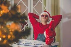 Νέος σύγχρονος τύπος που απολαμβάνει το πνεύμα Χριστουγέννων στοκ εικόνες με δικαίωμα ελεύθερης χρήσης