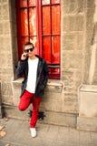 Νέος σύγχρονος τύπος που μιλά στο τηλέφωνο Στοκ φωτογραφία με δικαίωμα ελεύθερης χρήσης