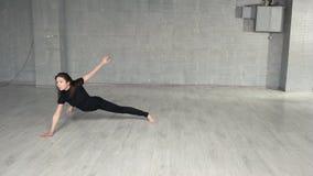 Νέος σύγχρονος χορευτής ύφους που ασκεί στο στούντιο φιλμ μικρού μήκους