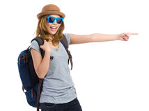 Νέος ταξιδιώτης γυναικών με το σημείο δάχτυλων κατά μέρος για την κατεύθυνση Στοκ Εικόνες