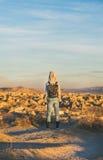 Νέος ταξιδιώτης γυναικών που στέκεται και ανατολή προσοχής, Cappadocia, κεντρική Τουρκία Στοκ εικόνες με δικαίωμα ελεύθερης χρήσης