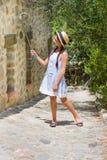 Νέος ταξιδιώτης που κάνει selfie Κορίτσι στο καπέλο αχύρου Στοκ φωτογραφίες με δικαίωμα ελεύθερης χρήσης