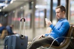 Νέος ταξιδιώτης που περιμένει στο σταθμό μεταφορών Στοκ Εικόνα