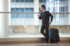 Νέος ταξιδιώτης που περιμένει την πτήση Στοκ εικόνα με δικαίωμα ελεύθερης χρήσης