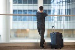 Νέος ταξιδιώτης που περιμένει το αεροπλάνο Στοκ Εικόνα