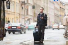 Νέος ταξιδιώτης που περιμένει το λεωφορείο Στοκ φωτογραφία με δικαίωμα ελεύθερης χρήσης