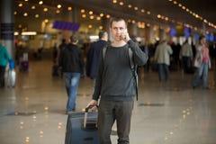Νέος ταξιδιώτης στον αερολιμένα που κάνει την κλήση Στοκ Φωτογραφίες