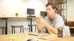 Νέος ταλαντούχος σχεδιαστής που συζητά το νέο πρόγραμμα, σύγχρονο γραφείο σοφιτών απόθεμα βίντεο